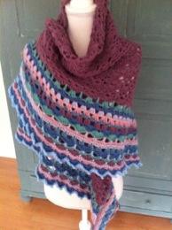 Deze omslagdoek is gemaakt voor Colette de kleuren heeft ze zelf samengesteld.